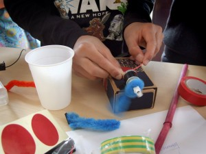 Uitvindersclub uitvinden techniek jeugd lelystad kinderen flevoland wetenschap natuurkunde, uitvinden motortjes batterijen, pottenbakken, klei, boetseren