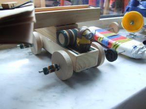 elastiekwagentje cd's lp 's restmateriaal techniek uitvinden basisschool rubberbandcar